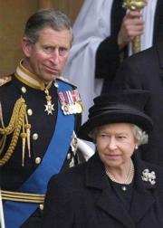 【英女王的心口針】2002年4月5日,英女王(前)與王儲查理斯(後)出席英女王母親的喪禮。(法新社)