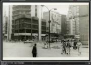 彌敦道,攝於1976-1980年。圖後方可見新華戲院。(香港政府檔案處網站截圖)