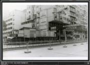 彌敦道,攝於1976-1980年。圖左可見東華三院營辦的小學。(香港政府檔案處網站截圖)