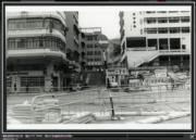 彌敦道與眾坊街交界,攝於1976-1980年。圖右可見油蔴地街坊會學校。(香港政府檔案處網站截圖)