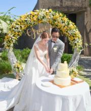 鄭嘉穎、陳凱琳在草地上切結婚蛋糕。(大會提供)