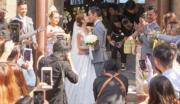 禮成後,鄭嘉穎與陳凱琳在教堂外擁吻。(大會提供)