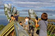 遊客在「黃金橋」上拍照打卡。(法新社)