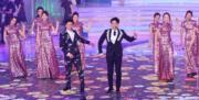 曹永廉、蕭正楠與12強佳麗進行歌舞表演。(鍾偉茵攝)