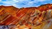 2018年9月,甘肅張掖丹霞國家地質公園的丹霞地貌色彩艷麗,層理交錯,美麗如畫。(新華社)