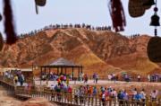 2018年7月26日,遊客趁暑假遊覽甘肅張掖丹霞國家地質公園。(新華社)