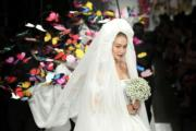 【米蘭時裝周】美國名模Gigi Hadid在Moschino 2019年春夏系列時裝展上,穿上嫁衣及披上長長的頭紗。(法新社)