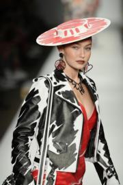 【米蘭時裝周】美國名模Gigi Hadid示範Moschino 2019年春夏新裝。(法新社)