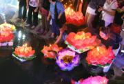 2018年9月21日,雲南廣南,人們在八寶河畔放河燈。(新華社)