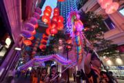 灣仔利東街LED火龍表演(新華社)