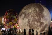 2018年9月23日,巨型月亮裝飾擺放在南京街頭。(中新社)