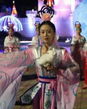 2018年9月21日,北京石景山遊樂園舉辦活動,演員演繹「嫦娥奔月」的故事。(中新社)