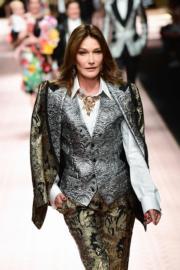 【米蘭時裝周】法國前第一夫人、1990年代名模卡拉布魯尼(Carla Bruni)為Dolce & Gabbana 2019年春夏系列時裝展行騷。(法新社)