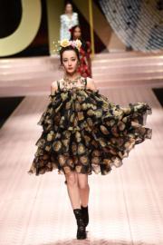 【米蘭時裝周】內地演員迪麗熱巴為Dolce & Gabbana 2019年春夏系列時裝展行騷。(法新社)