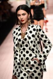 【米蘭時裝周】泰國混血女星Mai Davika為Dolce & Gabbana 2019年春夏系列時裝展行騷。(法新社)
