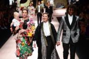 【米蘭時裝周】《藍色夜合花》女星伊莎貝拉羅西里尼(Isabella Rossellini,右二)與女兒Elettra(左二)、8個月大外孫Ronin,以及養子Roberto(右)一同為Dolce & Gabbana 2019年春夏系列時裝展行騷。(法新社)