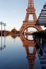 【巴黎時裝周】Saint Laurent在巴黎鐵塔附近的Trocadero廣場舉行2019年春夏系列時裝展,模特兒更在水上行騷。(法新社)