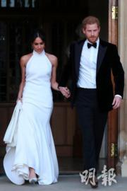 2018年5月19日,哈里王子(左)與梅根(右)完成婚禮後,梅根換上Stella McCartney白色高領露膊晚裝,二人前往浮若閣摩爾宮參加晚宴。(法新社)