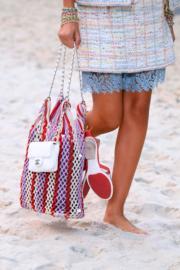 【巴黎時裝周】Chanel於巴黎時裝周展示2019年春夏系列,包括色澤艷麗的網袋。(法新社)