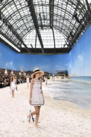 【巴黎時裝周】Chanel將天橋佈置成沙灘,充滿夏日風情。(法新社)