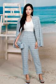 【巴黎時裝周】韓國女團BlackPink成員Jennie欣賞Chanel 2019年春夏系列時裝展。(法新社)