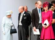 【尤金妮亞公主婚禮】英女王(左起)與王夫菲臘親王、威廉王子與凱特等王室成員均盛裝赴會。(法新社)