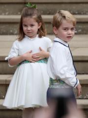 【尤金妮亞公主婚禮】喬治小王子(右)、夏洛特小公主(左)再當花童,造型可愛。(法新社)
