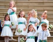 【尤金妮亞公主婚禮】喬治小王子(後排右三)、夏洛特小公主(左)與一眾花童,造型可愛。(法新社)