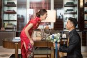 陳展鵬給老婆大人跪地送花,看她多開心!(大會提供圖片)