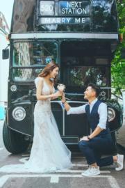 展鵬在英國街給向Phoebe跪地求婚。 (資料圖片)