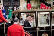一對新人尤金妮亞公主與Jack Brooksbank,坐在馬車中,向民眾揮手。(Sarah Ferguson Twitter圖片)