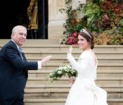 尤金妮亞公主(右)與父親安德魯王子(左)(Sarah Ferguson Twitter圖片)