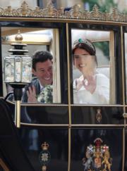 2018年10月12日,英國尤金妮亞公主(右)與Jack Brooksbank(左)在溫莎堡聖喬治教堂舉行婚禮,儀式完結後,一對新人坐馬車巡遊。(法新社)