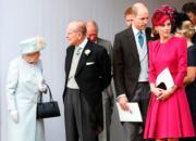 2018年10月12日,英國尤金妮亞公主在聖喬治教堂舉行婚禮,英女王伊利沙伯二世(前排左起)與王夫菲臘親王、威廉王子及凱特等一眾王室成員出席。(法新社)