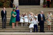 安德魯王子(右二)與前妻莎拉(左二)及大女比阿特麗斯公主(左三)及一眾花仔花女。(The Royal Family facebook圖片)