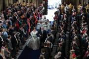 2018年10月12日,英國尤金妮亞公主(左)在溫莎堡聖喬治教堂舉行婚禮,由父親安德魯王子(右)陪伴她步入教堂。(The Royal Family facebook圖片)