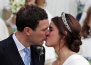 2018年10月12日,英國尤金妮亞公主(右)與Jack Brooksbank(左)在溫莎堡聖喬治教堂舉行婚禮,一對新人在教堂前親吻。(法新社)