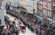 2018年10月12日,英國尤金妮亞公主與Jack Brooksbank在溫莎堡聖喬治教堂舉行婚禮,儀式完結後,一對新人坐馬車巡遊。(法新社)