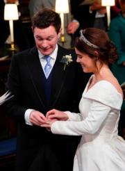 2018年10月12日,英國尤金妮亞公主(右)與Jack Brooksbank(左)在溫莎堡聖喬治教堂舉行婚禮。圖為一對新人交換戒指。(法新社)
