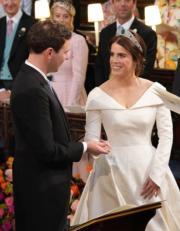2018年10月12日,英國尤金妮亞公主(右)與Jack Brooksbank(左)在溫莎堡聖喬治教堂舉行婚禮。(法新社)
