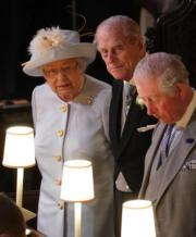 (左起)英女王、王夫菲臘親王、查理斯王子與一眾王室成員出席尤金妮亞公主的婚禮。(法新社)