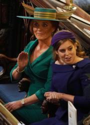 英國尤金妮亞公主的媽媽莎拉(左)與姐姐比阿特麗斯公主(右)出席婚禮。(法新社)