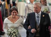 2018年10月12日,新娘英國尤金妮亞公主(左)由父親安德魯王子(右)帶領,步入溫莎堡聖喬治教堂。(法新社)