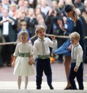 喬治小王子(右)為堂姑姐尤金妮亞公主任花童。(法新社)