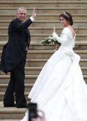 2018年10月12日,英國尤金妮亞公主(右)由父親安德魯王子(左)帶領,步入溫莎堡聖喬治教堂。(法新社)
