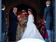 2018年10月12日,英國尤金妮亞公主(右)與父親安德魯王子(左)(法新社)