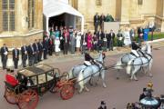 2018年10月12日,英國尤金妮亞公主與Jack Brooksbank在溫莎堡聖喬治教堂舉行婚禮,儀式完結後,一對新人坐馬車巡遊。(The Royal Family facebook圖片)