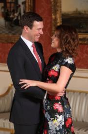 2018年1月,尤金妮亞公主(右)與Jack Brooksbank(左)在尼加拉瓜(Nicaragua)訂婚。圖為1月22日英國王室宣布二人訂婚消息後,準新人在白金漢宮的合照。(法新社資料圖片)