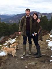 2016年夏天,尤金妮亞公主(右)與Jack Brooksbank(左)在蘇格蘭夏宮巴爾莫拉爾莊園(Balmoral Castle)合照。(The Royal Family Twitter圖片)