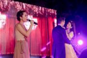 關心妍(左)邊獻唱,一對新人則浪漫共舞。(大會提供)